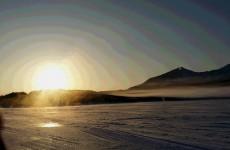 氷結した桧原湖の朝焼け