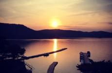 春の桧原湖の夕陽