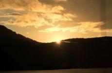桧原湖の黄金色の夕陽(2)